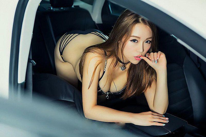 牛逼网美女艳情_香艳美女俯卧车内酥胸翘臀微露