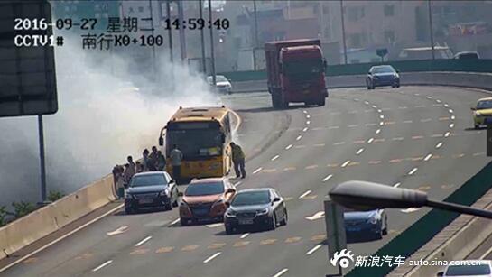 校车突然起火 3名边防战士65秒救出46名小学生