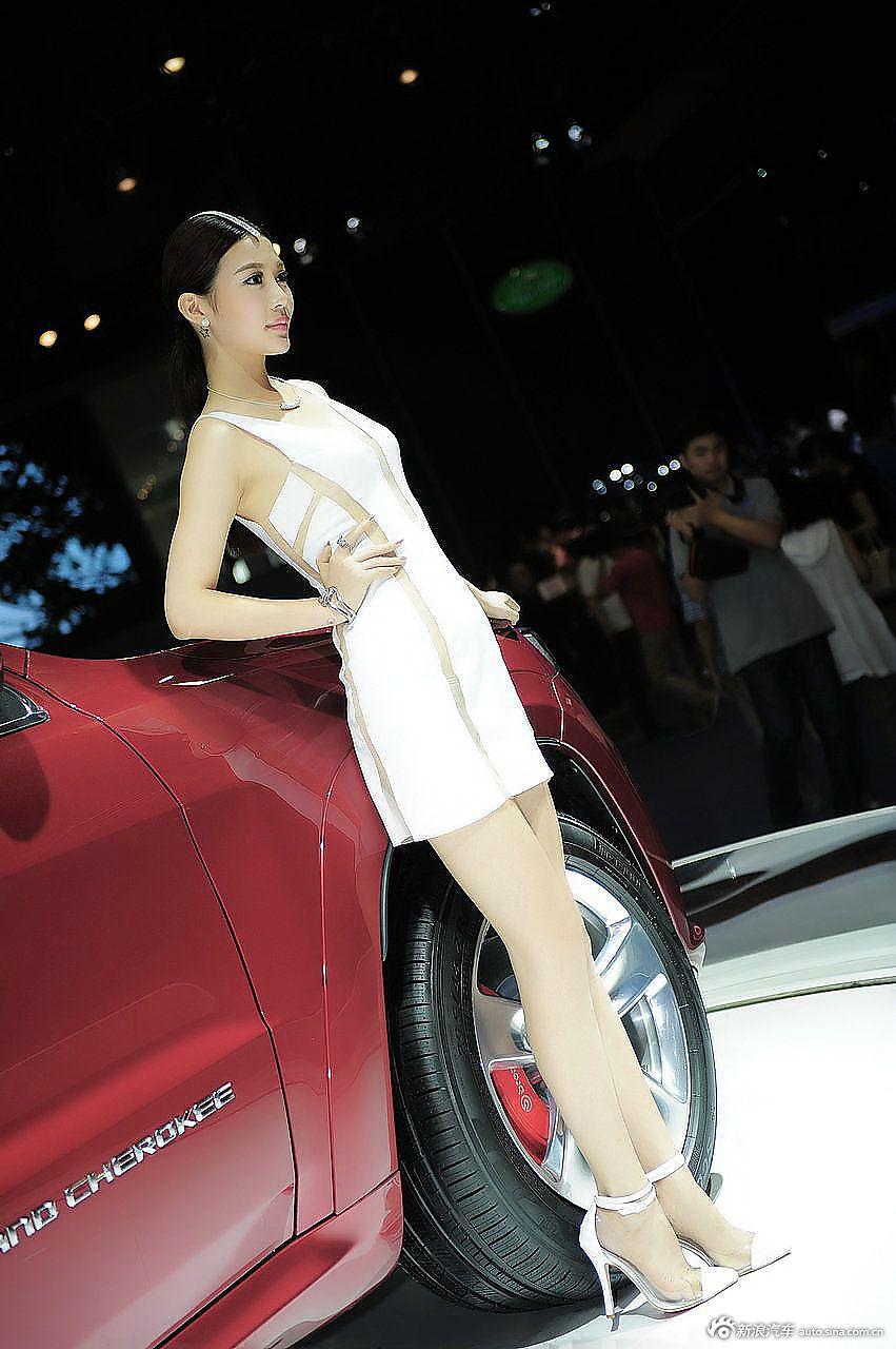 高颜值大长腿!美女比车有看点.26