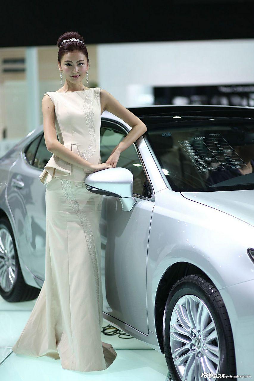 高颜值大长腿!美女比车有看点.181
