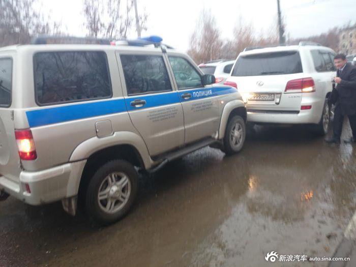警车不小心追上前面的雷克萨斯豪车,豪车内坐的人竟是他们的上司