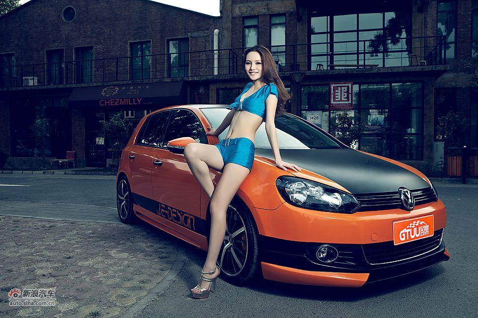 冷艳高挑车模的橙色激情伴侣