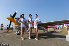 飞机模特惊艳亮相航空展 引众人围观