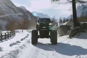 视频:末日必备车! 菲亚特熊猫换巨脚雪上跑