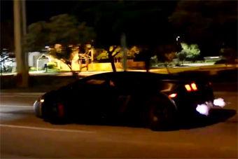 视频:盖拉多夜袭街头 疯狂飙车喷火