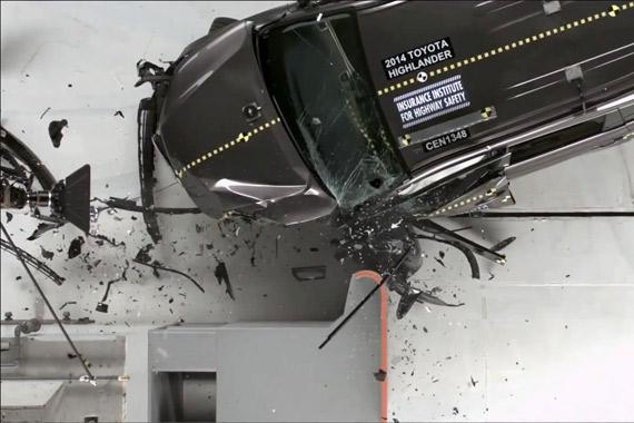 视频:丰田汉兰达小面积重叠正面碰撞测试