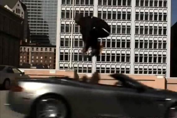 视频:怎么办到的 科比原地飞跃阿斯顿马丁