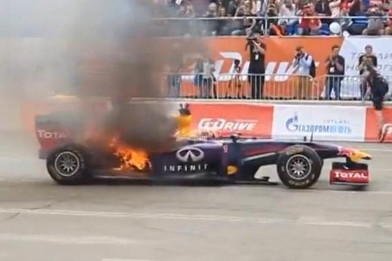 视频:囧大了!红牛F1车队俄罗斯路演赛车着火