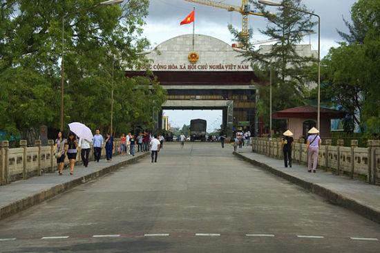 在北仑河大桥上体验一身置两国的奇妙感觉