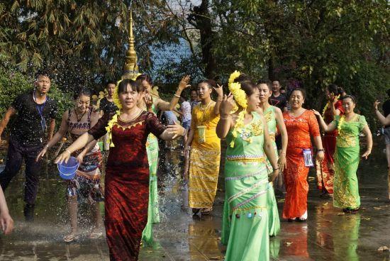 双江景亢傣族泼水节狂欢