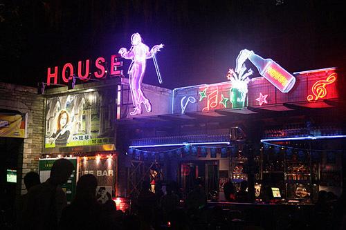 表现不同国家风情酒吧,咖啡馆,主题餐厅等,露天特设欧式情调台椅,遮阳