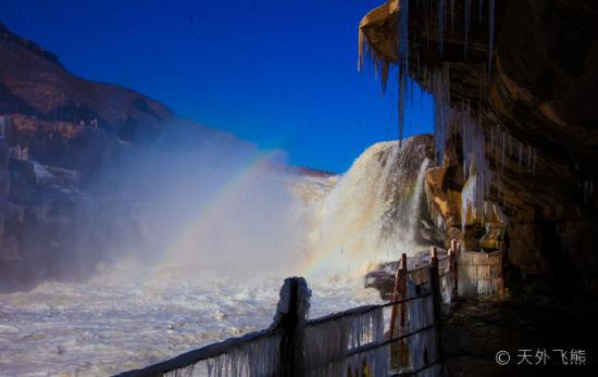 初冬壶口瀑布惊现冰挂双彩虹奇观