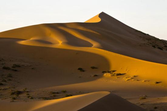 巴丹吉林沙漠日出霞光绚丽多彩
