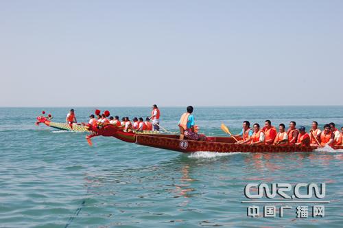 端午节 新疆博斯腾湖上赛龙舟
