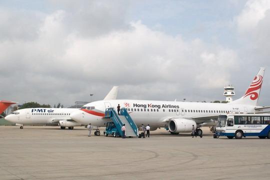 香港航空有限公司和柬埔寨pmt航空公司的飞机停在