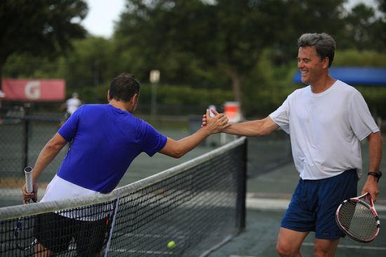 以赛代练,与世界网球爱好者进行网球技艺交流和切磋,有针对性地提升。