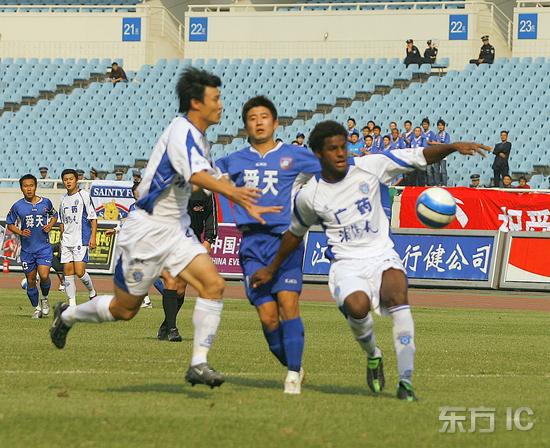 图文-[中甲]舜天1-0广药广药队员比赛中关门防守