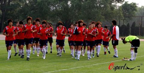 6月25日下午,中国女子足球队的队员正在河北秦皇岛市的中国足球学校训