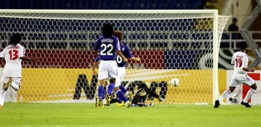 图文-[亚洲杯]阿联酋1-3日本门将看着皮球无奈