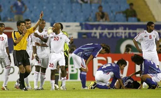 图文-[亚洲杯]阿联酋1-3日本阿联酋队员置疑裁判