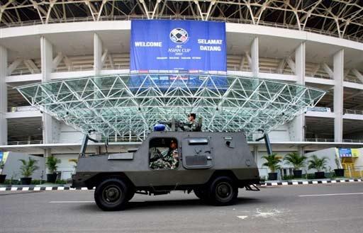 图文-沙印战前印尼警察严阵以待连装甲车也上阵了