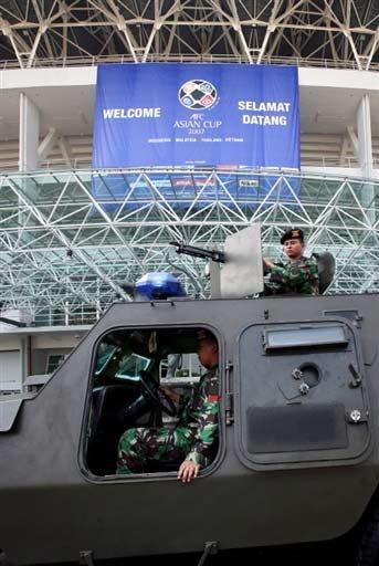 图文-沙印战前印尼警察严阵以待士兵架好重机枪