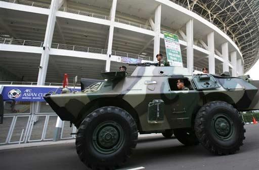图文-沙印战前印尼警察严阵以待装甲车停在门口