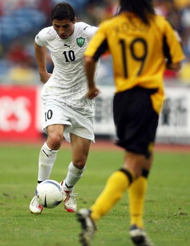 图文-[亚洲杯]乌兹别克VS马来西亚巴卡耶夫要射门