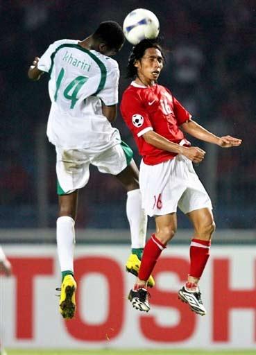 图文-[亚洲杯]沙特队2-1印尼队印尼队员争头球