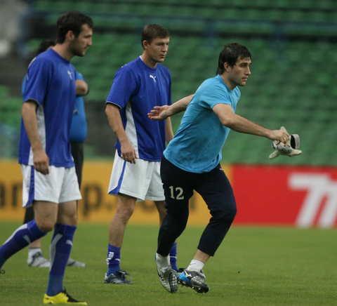 图文-乌兹别克斯坦积极备战球员进行分组对抗