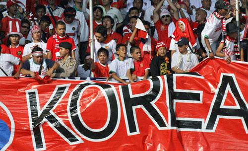 图文-球迷热情助威韩印之战球迷情绪如此高涨
