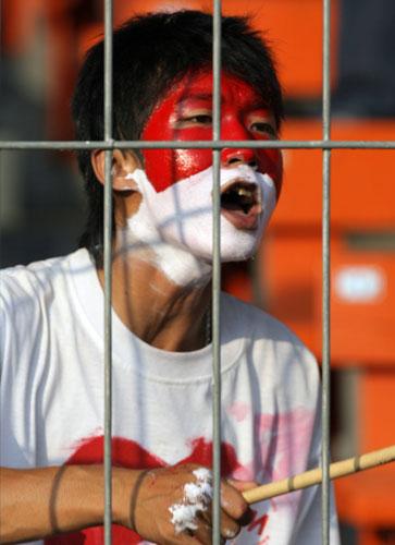 图文-球迷热情助威韩印之战印尼小球迷特殊打扮