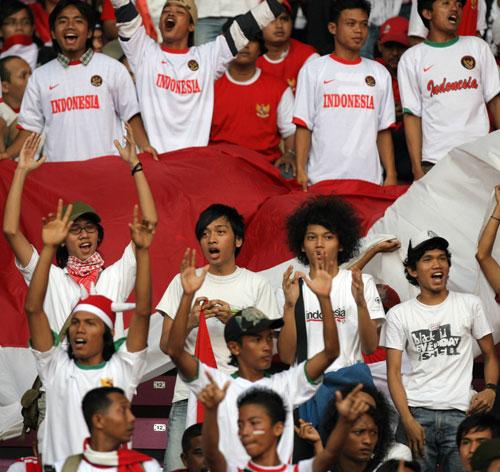图文-球迷热情助威韩印之战团结一心的印尼球迷