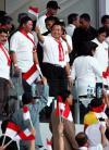 图文-球迷热情助威韩印之战领导向球迷招手