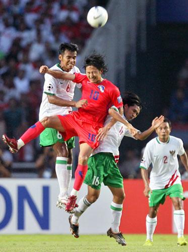 图文-[亚洲杯]韩国队VS印尼队李天秀横在空中拼争