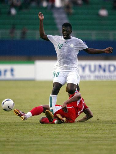 图文-[亚洲杯]沙特队VS巴林队如此凶狠铲球动作