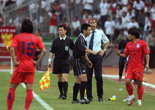 图文-[亚洲杯]韩国队1-0印尼队对裁判判罚不满