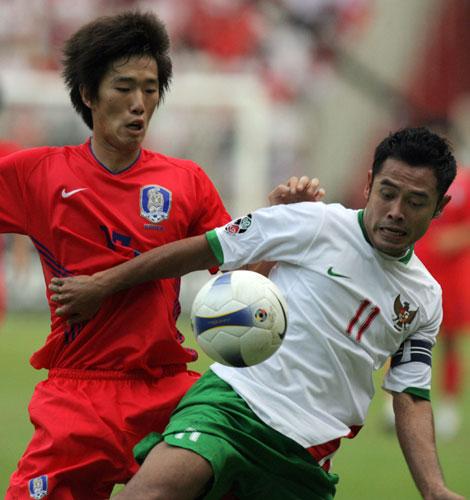 图文-[亚洲杯]韩国队1-0印尼队韩国队员贴身防守