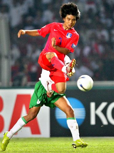 图文-[亚洲杯]韩国队1-0印尼队这一脚力大无比