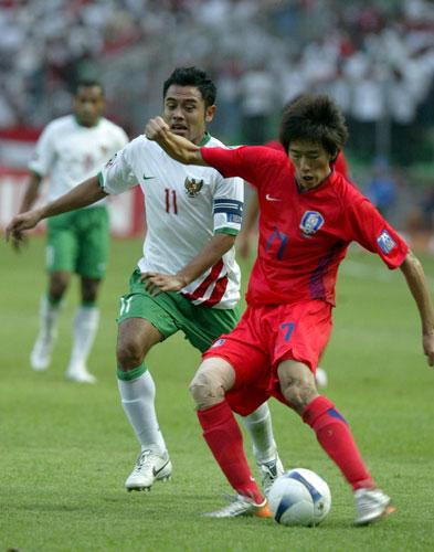 图文-[亚洲杯]韩国队1-0印尼队金正友起脚打门