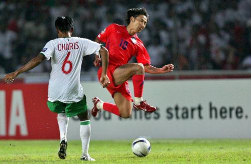 图文-[亚洲杯]韩国队1-0印尼队李东国试图射门