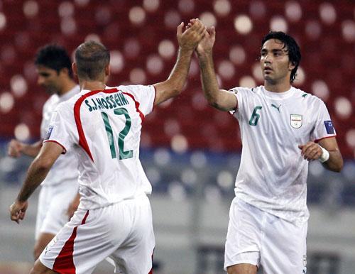 图文-[亚洲杯]马来西亚VS伊朗与队友击掌庆祝