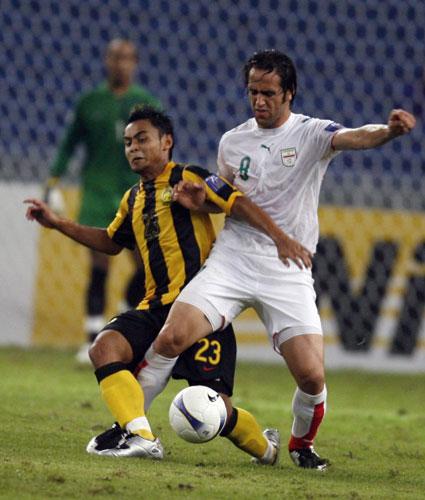 图文-[亚洲杯]马来西亚VS伊朗双方扭缠到一起