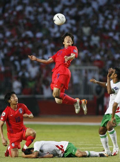 图文-韩国队亚洲杯小组出线金正宇跃起争顶