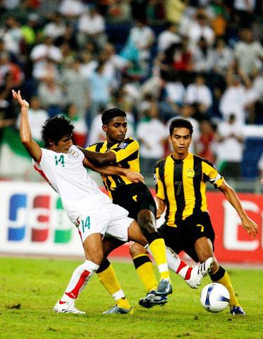 图文-[亚洲杯]马来西亚0-2伊朗伊朗队员以一敌二