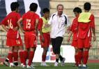图文-越南队训练备战亚洲杯1/4决赛教练指导战术