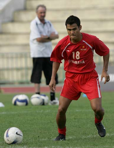 图文-越南队训练备战亚洲杯1/4决赛潘清平练控球