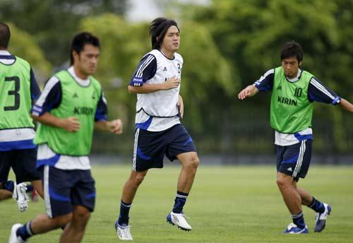 图文-日本队训练备战亚洲杯1/4决赛远藤保仁对抗