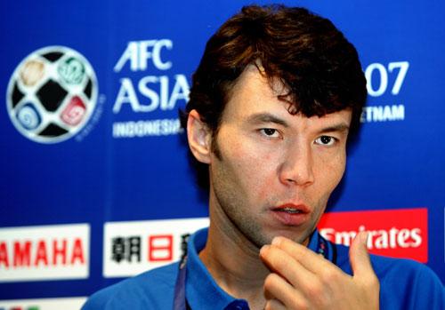 图文-乌兹别克队1/4决赛前发布会卡里莫夫沉思什么