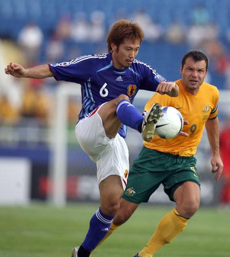 图文-[亚洲杯]日本VS澳大利亚阿部勇树有点粘球